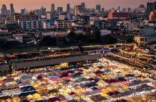 曼谷最美夜市拉差达夜市最全拍照指南 曼谷夜市数不胜数,而颜值最高人气最旺的一个当属拉差达火车夜市啦!