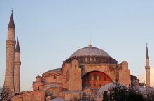 黄昏中 发出温暖的粉红色泽的圣索菲亚大教堂 是伊斯坦布尔最值得一访的地标  公元五世纪建成 融合了东