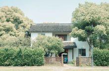九龙湾的花卉是十分惊艳的,去逛了那么久的,发现了一家花彩小镇的一家隐世酒店,名唤:九龙湾花卉主题酒店