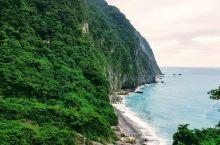 对话山与海——清水断崖  这里有着三色的海水,波光粼粼,随时变换着颜色和天空交相辉映。夕阳下的这里更