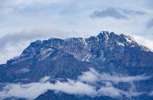 当太阳刚刚升起,坐着缆车登上西岭雪山阴阳界之后,开阔的平台之外,远方有一座雄伟的高山被掩盖的云海之中