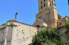 阿维尼翁圣母大教堂,顶上的圣母像重达4.5吨。附近小宫博物馆,是原教皇居住地方。