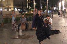 佛拉门戈舞,起源于塞维利亚。夜晚的塞维利亚大学门口,不时传来西班牙吉他的旋律,加上有节奏的踢踏声,伴