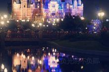 #迪士尼还是值得带娃去的##瞬间回到童年的梦幻世界# 18年9月和朋友一家三口去游玩的。 一大早的地