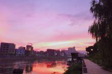 钟山县城内的一江两岸景观真的超美、超赞!傍晚日落时分,右手牵着伴侣,左手牵着你的小萌宠,到这走一走,