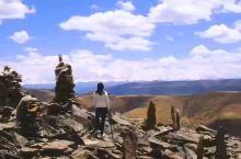我偷偷的告诉你 有一个地方叫九寨沟 我要和我最心爱的人一起去到那里 看蔚蓝的天空,看白色的雪山 看一