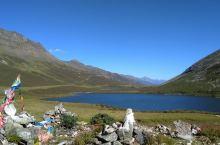 姊妹海子 雅拉雪山垭口上的姊妹湖,可以远眺贡嘎雪山。 通往姊妹湖的山路据说就是以前的茶马古道一部分。