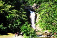 天台山位于中国浙江省天台县城北,主峰华顶山在天台县东北,海拔1098米,由花岗岩构成。多悬岩、峭壁、