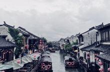 七里山塘,烟雨江南  墙上斑驳的是时光的印记 昆曲婉转里是千年的缠绵 流水于小桥下潺潺 池柳在水面上