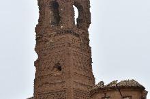 1937年西班牙内战时期,在一场惨烈的战争中,小镇旧城被炮火所毁,留下了当时教堂和城市建筑的废墟。战