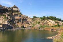 乐东采石场·被遗弃后自成风景 这里曾经是闹哄哄的采石场, 如今是荒无人烟的遗弃之地。 杂草, 碎石,