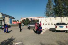东乌旗学校门口,家长们穿着民族服装