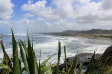 海滩是黑沙滩,浪很大,玩风筝冲浪的人很多,还有钓鱼的人,风景很不错。