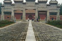 泰陵是雍正皇帝的陵墓,是清西陵的首陵,建筑年代最早,规模最大,风水格局最完整。虽然经历三个多世纪,至