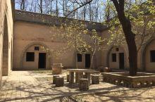 地下窑洞,陕西省三原县柏社村,因广植柏树而得名,至今已有1600多年的历史。地窑是这个村落一种最古老