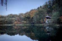 秋色正浓,山峦叠嶂,色彩绚丽,山河壮丽。