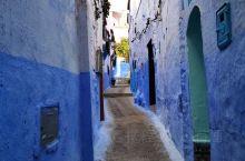 摩洛哥蓝白小镇,连成一片远观很美,近看破旧房屋装饰别致,远近闻名,值得一观,就是吃的不适应,水土不服