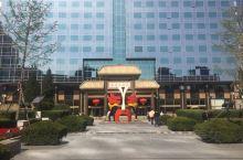 长安大戏院坐落在长安街东部,紧邻建国门和北京站,是著名的老字号戏院。环境优美,景色宜人。里面的装修虽