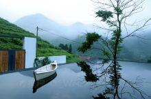 玖悦坐落在莫干山一隅的半山腰,两栋白墙黑瓦的静谧小墅隐于半茶半竹山间,满眼无尽的绿意和延绵的山景,置