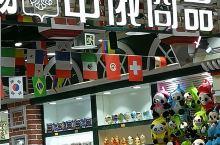 上海南京路步行街上购物,依然是必需选择的,因为网上购物再方便,旅行回来给家人的礼物这份心情是不一样的