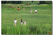 西安渭河城市运动公园位于西安北郊渭河边,草滩六路。这里绿地面积很大,游人可以随意在上面行走,玩耍。