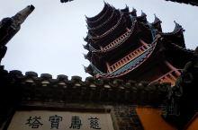 金山寺位于今江苏省镇江市区西北的金山上,始建于东晋,高四十四米,周五百二十米,距市中心三公里。金山寺