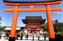 京都市伏见稻荷大社,建于8世纪。稻荷神是农业和商业的神明,所以一直以来商人们都来这里捐造鸟居以求生意