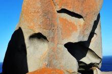 一块巨大的圆石上,散落着一些大石头,像是巨神搏斗后留下的残骸