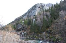 卡拉卓勒瀑布位于富蕴县可可托海景区的最里面,也就是从天钟山坐7公里电瓶车的终点,瀑布不大,可以去看看