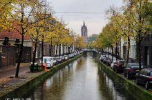 重游代尔夫特,这座个静谧迷人的荷兰古城依旧容颜未改。古老的运河中倒映着迷人的城市,拱形的石桥、宁静的