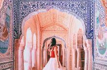 印度最美酒店颠覆你对印度的印象  萨摩德宫殿是一座亮丽典雅的王宫建筑以黄色为主调,有着坚固而富于印度