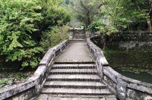 """走过谢鲁山庄""""琅环福地""""牌坊式的大门,就是一个开满睡莲的池塘,叫眼镜塘,不知道当初为什么会起这样一个"""