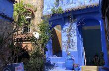 摩洛哥,舍夫沙萬老城,又稱為藍城。小鎮依山而建,雖然不大,街道彎彎曲曲,高高低低。房屋是用一種贝娄製