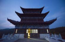 """最初听到河南信阳固始县的""""根亲文化"""",是在西九华山上的这座现代筑就的塔内。通过西华山导游的讲解,我才"""