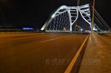 沧州捷港大桥,位于沧州市黄骅市河北农业大学渤海校区附近,晚上灯光效果最佳,白天可以在桥上看到博海公园