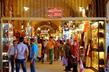 伊斯法罕的大巴扎历史悠久,主体是环绕着伊玛目广场的一圈围廊,是伊朗最大的巴扎之一。地毯、藏红花、绿松
