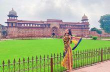 阿格拉堡位于亚穆纳河畔的小山丘上 距泰姬陵约15公里   阿格拉古堡建筑是印度--伊斯兰艺术顶峰时期