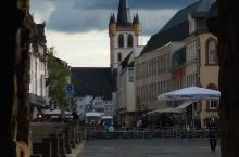 特里尔是德国最古老的城市,罗马古迹尼格拉大黑门是城市的象征。马克思的故居对全世界的共产党人来说,是圣