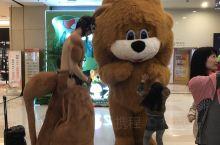武商购物中心位于长虹路上,是襄阳的三大商圈之一,周末大家都喜欢来逛逛,今天遇见的这几个卡通人物活泼可