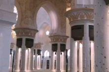 阿布扎比大清真寺 是世界上最大的清真寺之一 远远看去时 一片纯白让人感到纯净 圣洁 进入内部感受到了
