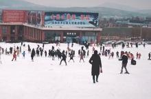 滑雪乐园位于徐州市贾汪区山水大道26号,雪场周边交通便利、环境优美,原生态林木茂密,景区依山就势、在
