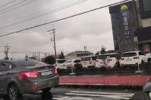 济州岛的西归浦市,是韩国最南端的城市,空气特别好,蓝天白云,大海湛蓝。