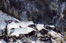 西岭雪山小飞水位于西岭雪山的前山,紧挨着一处水力发电站,是一处风景秀美的原始森林。一路上既有林海雪原