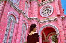 被誉为东方小巴黎的越南胡志明,老城区里法式建筑随处可见。从王公圣母教堂(红教堂)、耶稣圣心教堂(粉红