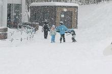 当雪花飘落在肩上 夹杂着诗意的情绪 让我们慢下来,记录这一刻  孩子们相伴去滑雪 我和你走进咖啡店