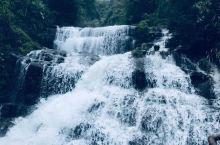 黄满磜瀑布群位于广东省揭阳市揭西县京溪园粗坑村粗坑河上游,河水至此奔流直泻,形成宽八十米,落差近百米
