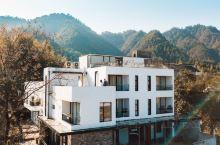 去千岛湖民宿玄山云居 过两日向往的生活 玄山云居是由徽式建筑改造而成的纯白色建筑,坐落在千岛湖畔的姜