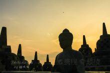 婆罗浮屠位于印度尼西亚爪哇岛中部,与中国的长城、印度的泰姬陵、柬埔寨的吴哥窟并称为古代东方四大奇迹。