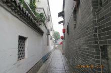 南阳古镇  位于济宁市微山县    在南阳湖的小岛上面     要想到达上边就必须坐船     坐船