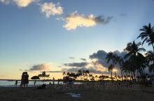 威基基,夏威夷最著名的地标沙滩没有之一。特意选择住在这里,更一到就很激动地到海滩打卡,欣赏著名的日落